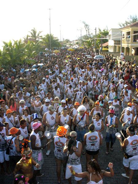 O desfile do Truco, um dos mais tracicionais da cidade, invadiu a praia, arrastando uma multidão.