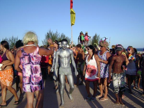 O bloco das Piriguetes desfilou na orla marítma em Vilatur.