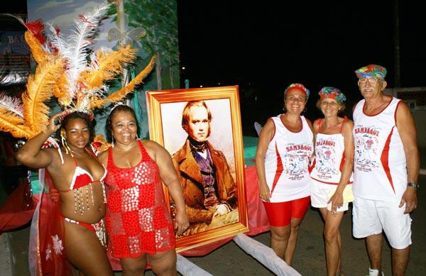 Iracema Bombom, Lurdinha, Sandra, Iara e Sérgio, do Sambaqui que trouxe como enredo Manitiba no Caminho de Darwin.
