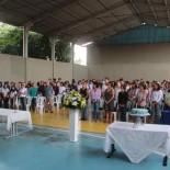 Padre Mario abençoou o colégio durante a cerimônia na quadra de esportes (Foto: Edimilson Soares)