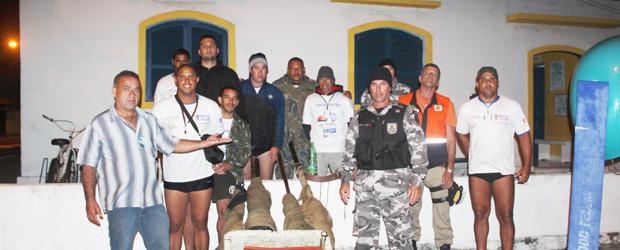 Pescadores colaboraram com a ação de fiscalização e apreensão (Foto: Dulce Tupy)