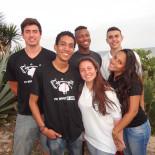 Em visita ao jornal O Saquá, Murilo, ao lado das meninas, e seus amigos inseparáveis (Foto: Edimilson Soares)