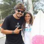 O surfista Gabriel Pastore entregou o prêmio a Carol Bonelli (Foto: Divulgação)