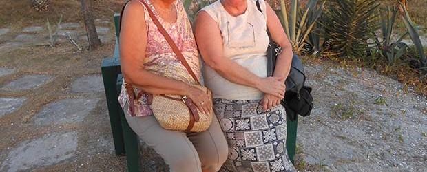 O deleite das amigas Beatriz Dutra e Dulce Tupy apreciando o belo cenário da praia de Barra Nova, onde ambas têm casa em frente ao mar (Edimilson Soares)