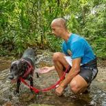 O atleta Willian e seu cão Bill se refrescam durante a prova canicroos (Thiago Lemos)