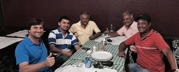 O grupo dos três vereadores reunido com o suplente de deputado federal Lourival Gomes e o empresário Mel. Só faltou mesmo o juiz Leomil Pinheiro para abençoar a nova geração de políticos em Saquarema (Fotos: : Facebook/Abrão da Melgil)