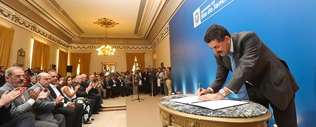 O novo secretário de Governo, Paulo Melo, assinando sua posse no Palácio Guanabara (Shana Reis/Imprensa Governo do Estado do RJ)