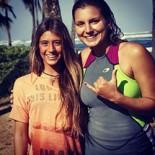 Carol Bonelli com Maya Gabeira surfando  no Havaí (Foto: Divulgação Facebook)