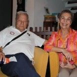 O casal Ivan e Isis Proença em sua casa no Lago do Paraíso, em Bacaxá, que abriga a maior biblioteca de Saquarema. Ivan chegou a ser por um breve tempo secretário de Cultura de Saquarema