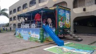 O caminhão da ONG SOS Mata Atlântica ficou estacionado na entrada do CIEP Astrogildo Pereira, em Bacaxá, com atrações educativas, exposição, jogos e teatro sobre a floresta e o meio ambiente (Foto: Guilherme Stocchero)