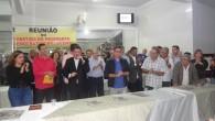 Casa cheia comprova o apoio massivo ao encontro com o deputado Paulo Melo e vários políticos do município, ficando o destaque com Pitico, na foto ao lado com a prefeita Franciane (Fotos: Edimilson Soares)
