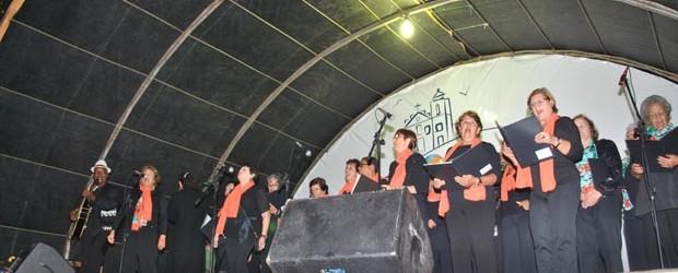 O coral Encanta Saquá, da própria Secretaria Municipal de Educação e Cultura, sob o comando do maestro J. Carlos (Fotos: Agnelo Quintela)