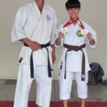O Sensei Edson Coelho feliz com o jovem Karateca campeão Luiz Palermo (Foto: Divulgação)