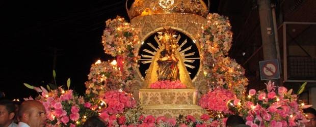 O emocionante andor de N. Sra. de Nazareth com efeitos de luz e cor, desfilando na tricentenária procissão (Paulo Lulo)