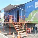 O caminhão da Ampla na Praça do Bem-Estar distribuiu geladeiras eficientes, lâmpadas econômicas e diversos brindes aos moradores (Agnelo Quintela)