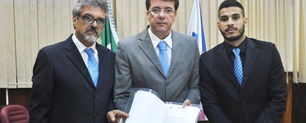 O vereador Paulo Renato, relator, Rodrigo Borges, presidente e Pitiquinho, membro titular da CPI, com o relatório final que foi encaminhado ao Ministério Público, que pode resultar em processo judicial (Agnelo Quintela)