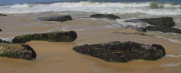 """Os """"beachrocks"""" são pedras encontradas na Praia de Jaconé, descritas pelo naturalista inglês Charles Darwin que visitou Maricá e Saquarema no século 19. A liminar do Ministério Público prevê a preservação dos """"beachrocks"""", considerados um bem natural, cultural, pré-histórico, paisagístico, ecológico e arqueológico da humanidade (Edimilson Soares)"""