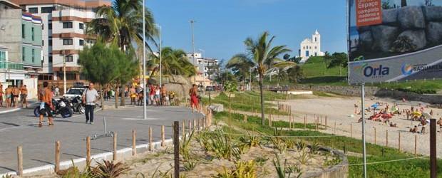 O projeto da nova orla da Praia da Vila, no centro de Saquarema, é do arquiteto de Búzios Raja Gabaglia. Apenas 2,5 km foram inaugurados, num percurso que irá desde o centro até o bairro do Boqueirão, passando pelo Gravatá. Com banheiros e academias de ginástica, a nova orla é a novidade do verão (Agnelo Quintela)
