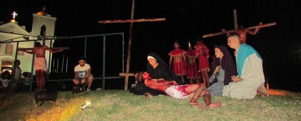 No Morro da Igreja Nossa Senhora de Nazareth, a Paixão de Cristo foi assistida por um grande público, em Saquarema (Foto: Paulo Lulo)